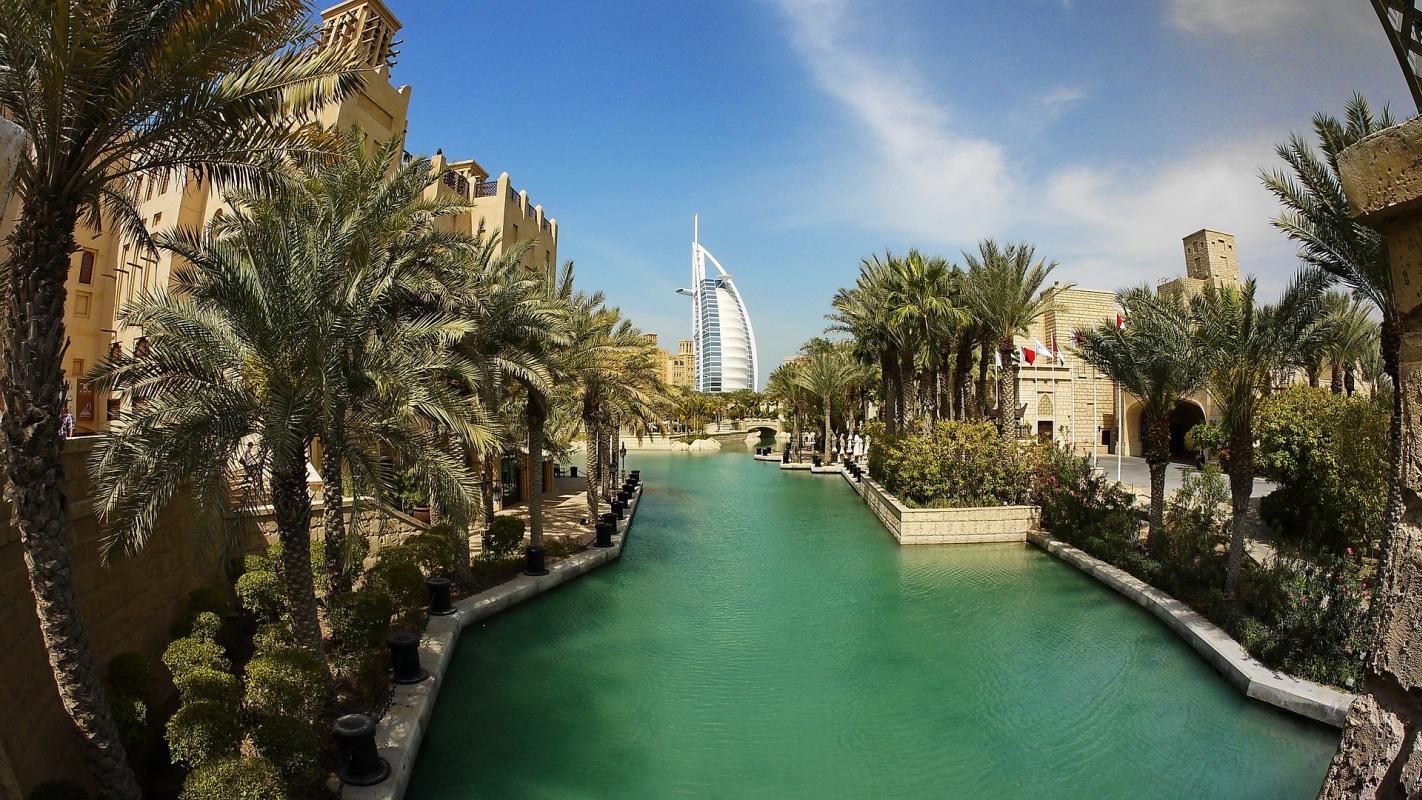 Dubai: a háttérben a Burj al-Arab