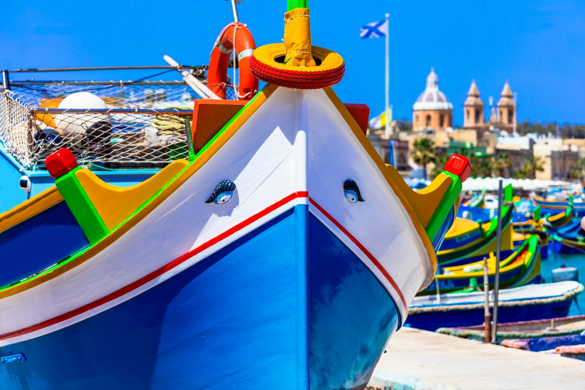 Málta, Marsaxlokk : ilyen a hagyományos máltai halászcsónak, a Luzzu